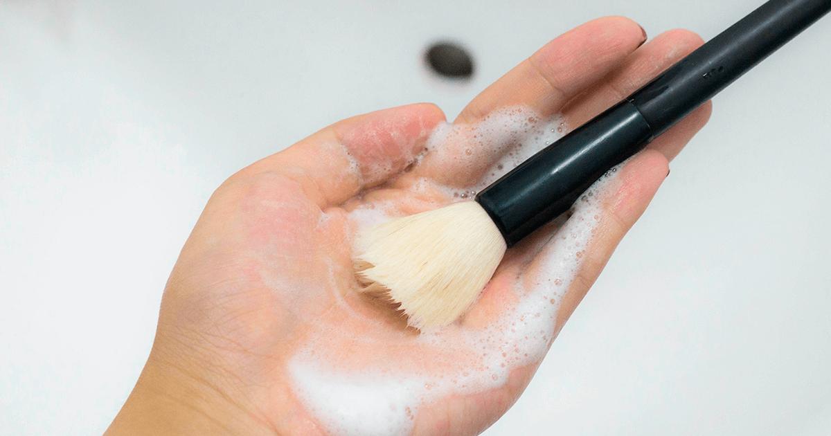 Higienize os pinceis e produtos