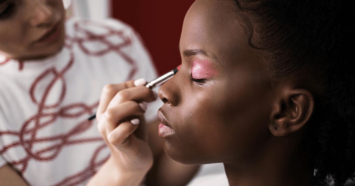 Cabelo e maquiagem na produção